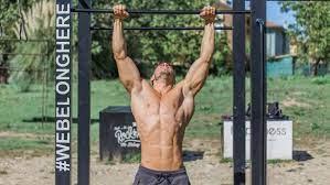 Uomo mentre compie alcuni esercizi all'aperto