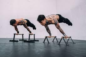 Uomini mentre compiono degli esercizi in palestra