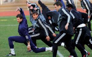 Una serie di atleti che fanno stretching