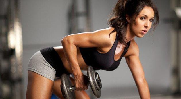 Donna che fa esercizio con un peso