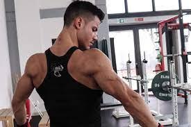 Uomo che mostra il muscolo tricipite