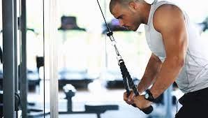 Uomo che compie esercizio in palestra